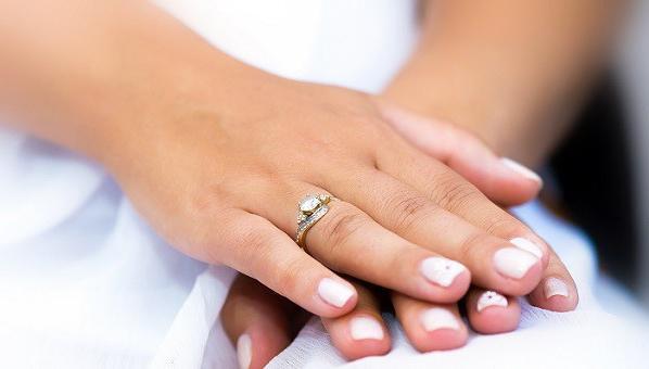 Zaročni prsten na ruci