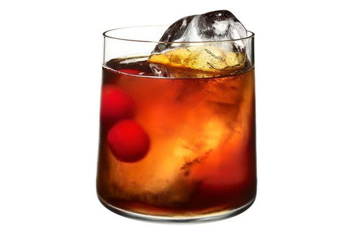 Cocktail di coca cola con proporzioni di coca cola