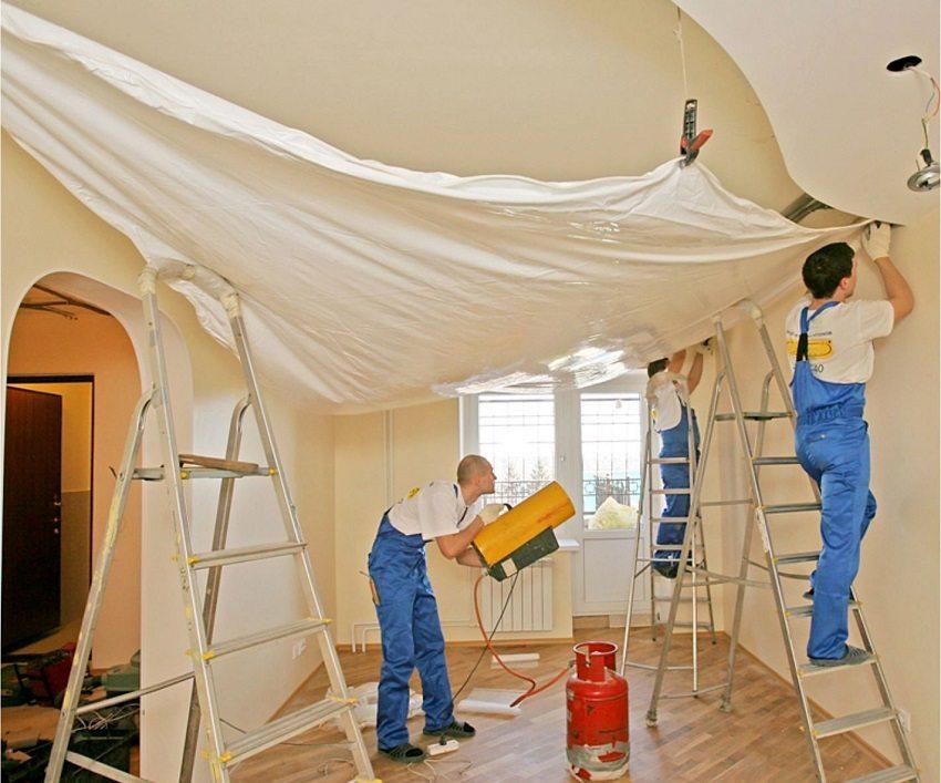 installazione di soffitto teso bianco