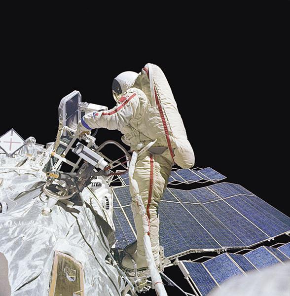 prvi ljudje letijo v vesolje
