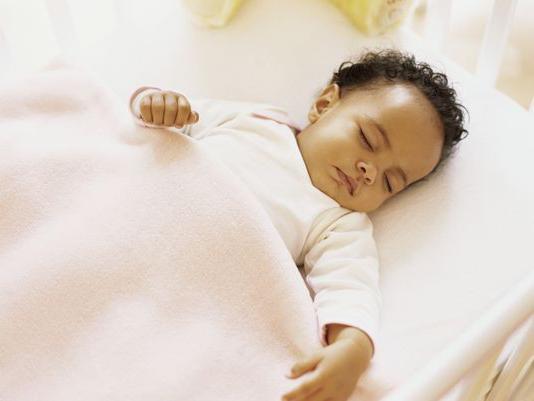 il bambino sta dormendo con gli occhi socchiusi