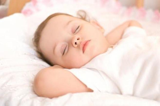 il bambino addormentato ha aperto gli occhi