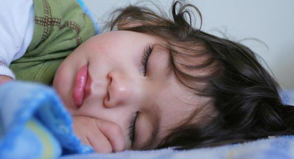 otrok, star 4 leta, spi z razdeljenimi očmi