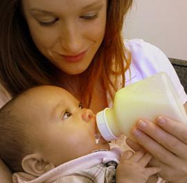 beba ispljuna nakon što je nahranila fontanu
