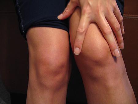le ginocchia scricchiolano quando si accovacciano
