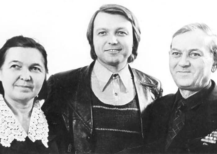 Młody Yuri Malikov z rodzicami